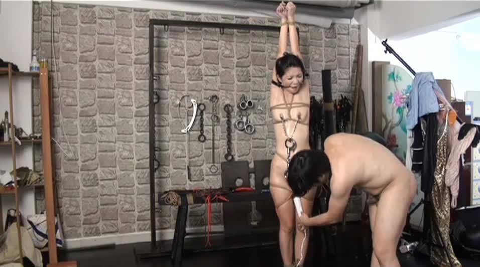香港变态摄影师刑具房调教性感漂亮的美女嫩模,捆绑鞭打,口爆操逼后表演观音坐莲,边干边拍摄,太会玩了.高清!