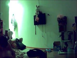 年轻小夫妻疯狂性爱纪录~把老婆压在墙上猛操~原来最爱的是关灯玩呀~