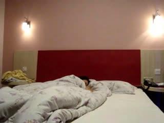 小胖哥把妹妹压在床上~用短短的肉棒让妹妹高潮到不行~能让妹妹爽的屌才是好屌