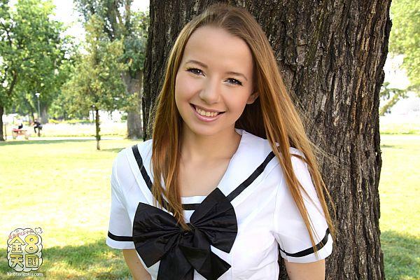 初心で可怜な18歳美少女が冲撃的デビュー DEBUT OLIVIA