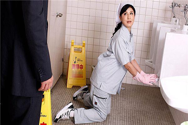 便所で闷える清楚な扫除妇