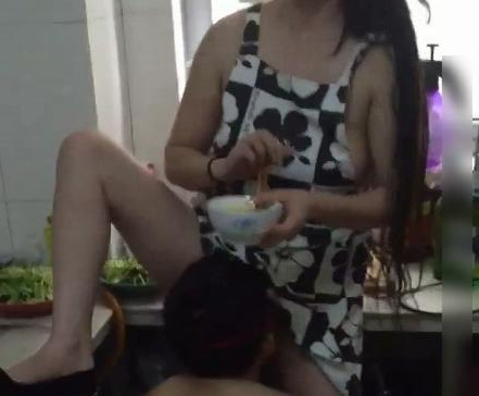 对白下流淫荡角色扮演母子居家厨房乱伦妈妈在做饭儿子主动上去脱掉T裤吃海鲜720P