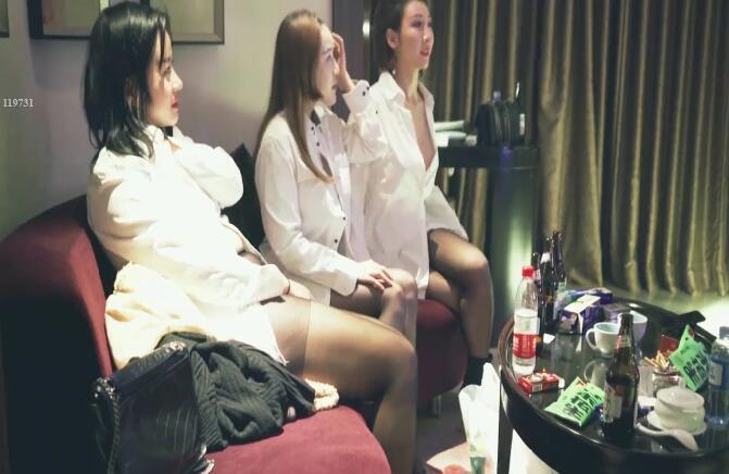 苍先生天堂系列最新出品情趣酒店约拍三个黑丝大奶模特床上淫乱