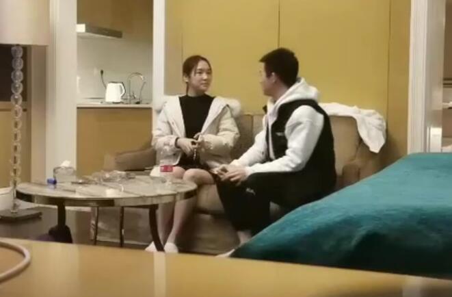 秦总全国探花约了个苗条妹子啪啪 沙发上玩弄一番再到床上大力猛操 很是诱惑喜欢不要错过