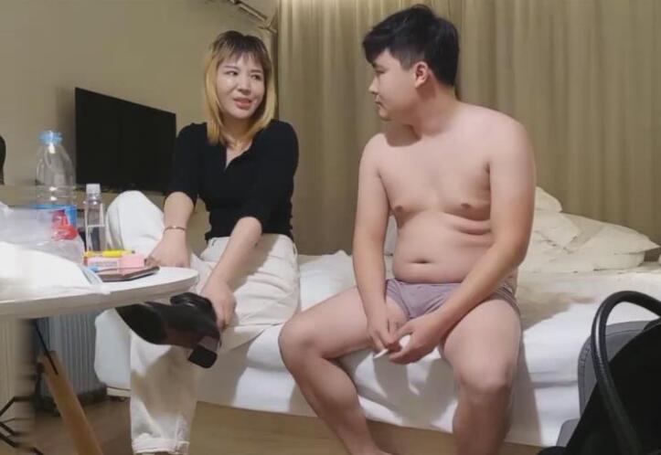 小胖子微信招嫖年龄有点大的卖淫女 叫床是绝活 国语对白