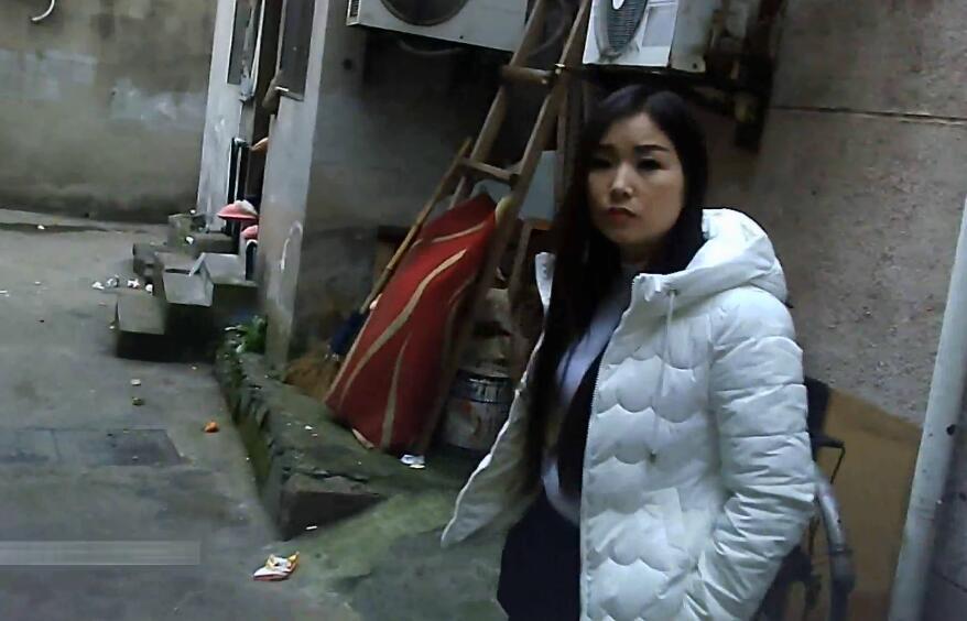 傍晚穿梭在城中村的小巷站街妹子纷纷出来搭讪跟了个漂亮妹子进去搞1080P高清双视角拍摄_1