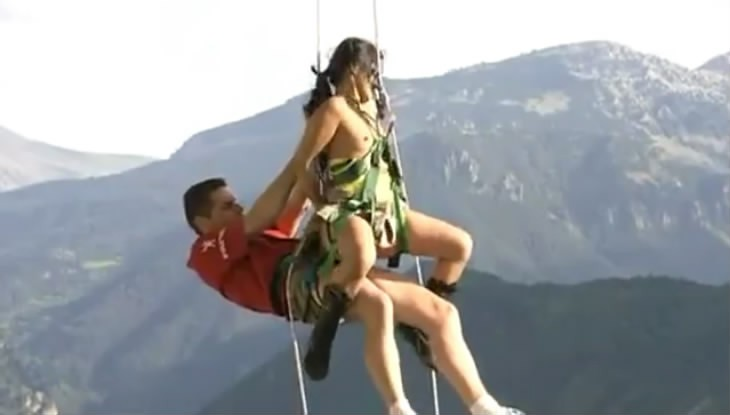 吊钢丝在户外悬空做爱,非常劲爆