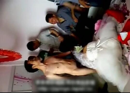 低俗闹洞房,让一对新人脱光衣服当场验身,新娘子不愿意了