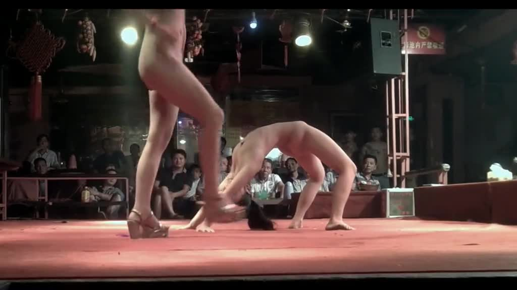 「舞台禁止吸菸」庙会表演找来裸女逼逼吸菸!开腿一次抽三根:阿杯看了下面一直抖