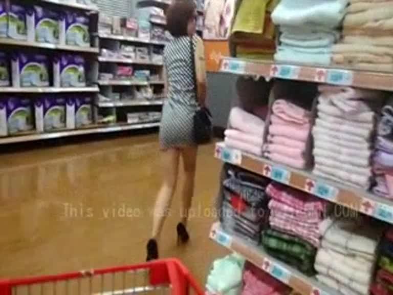 [本土有声!!]性感眼镜娘学姊在超市内连内裤都没穿 完全露出!