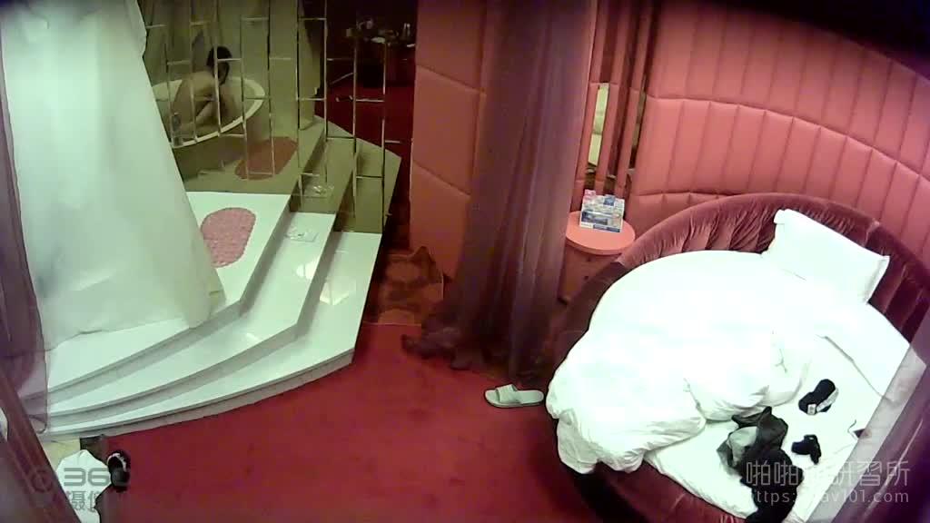 [精选偷拍!]还没洗完就受不了! 直接从浴缸干到床上 对白清晰