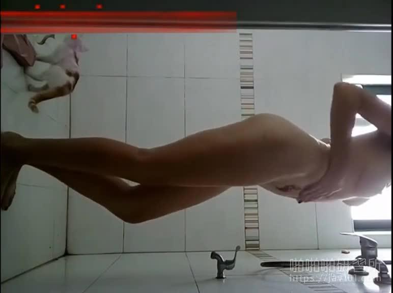 长腿妹妹浴室自拍用茄子插入湿洞