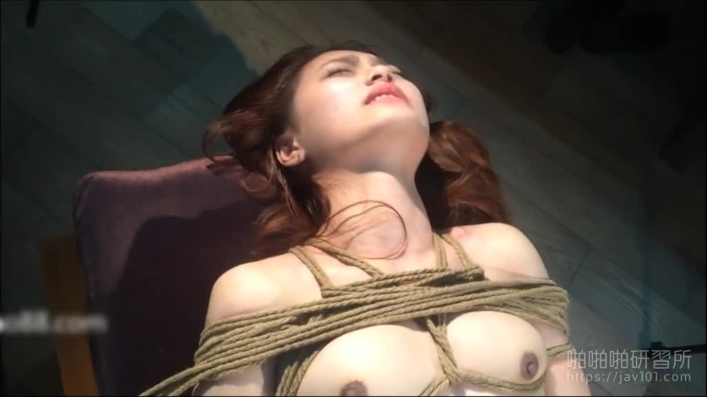 外拍陷阱!女模被带到沙滩綑绑强拍裸照!观光客抢着合影:可以带到房间玩吗
