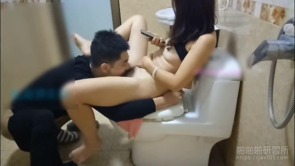 性感表嫂让表哥戴绿帽! 躲在厕所偷情还被怕听见在不敢放开呻吟