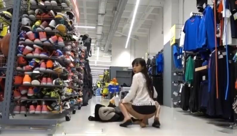 [混血公主的逆袭] 中日混血高挑妹 迪卡侬门事件女主角 妹子在迪卡侬试鞋区自捅蜜穴!高潮连连喷水灌溉镜面「一片浓浆」路人傻眼 (2)