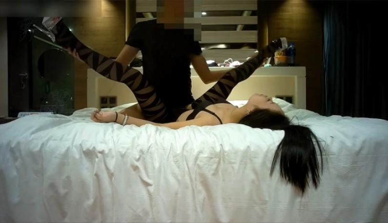 黑丝袜的诱惑 长腿气质正妹酒店外约:「好痛,痛到高潮」