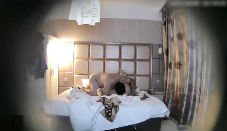 [酒店偷拍] 小胖哥偷桃嫂子~吃完晚餐直接在床上啪一波~
