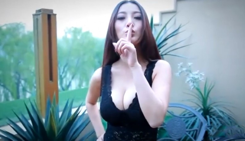 妖豔模特低胸摄影花絮~激深事业线~对镜头疯狂放电~