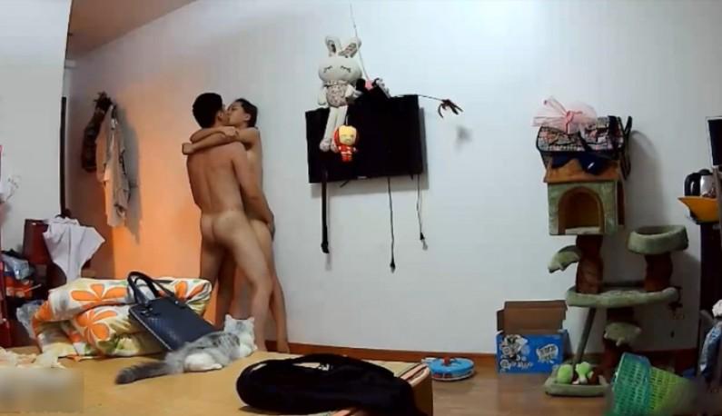 年轻小夫妻疯狂性爱纪录~把老婆压在墙上猛操~原来最爱的是关灯玩呀~!!
