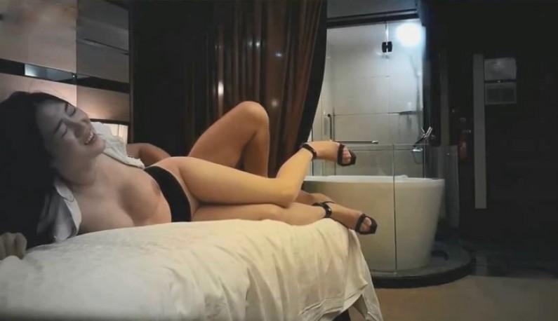 S级淫蕩巨乳诱惑~酒店大战OL女神~修长美腿惹火性感~压在床上爆插浪摇~