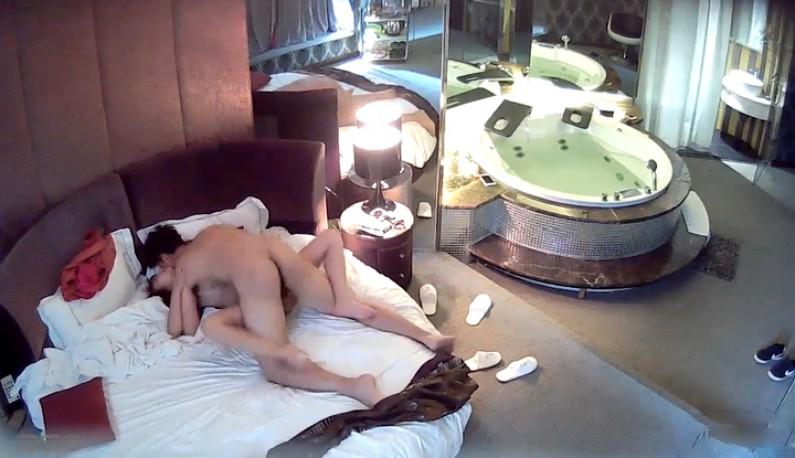 [酒店偷拍] 长髮美女被网友用尽全力高潮内射~虚脱后还淫慾未尽~还把鸡巴舔硬做上去摇~