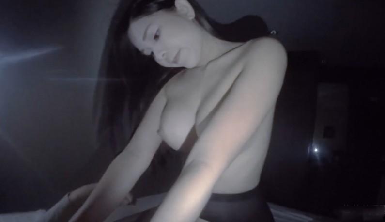 混血妹诱人的黑丝袜~完美胸型让你们见识见识!!