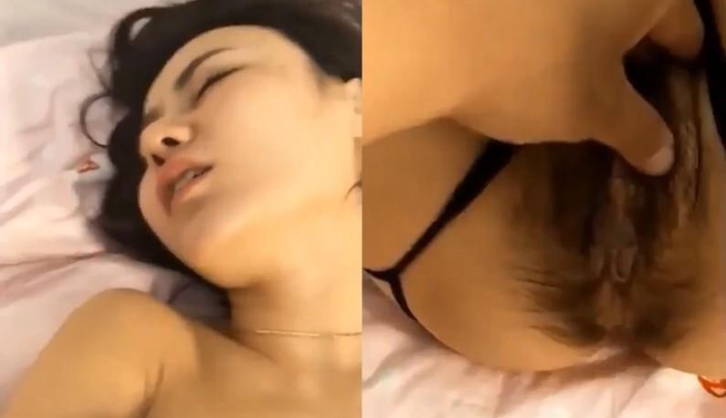 喝挂的模特不想起床~那我就用手指把她叫醒!!再缓缓把她扒光~