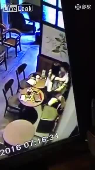 情侣光天化日咖啡厅打砲