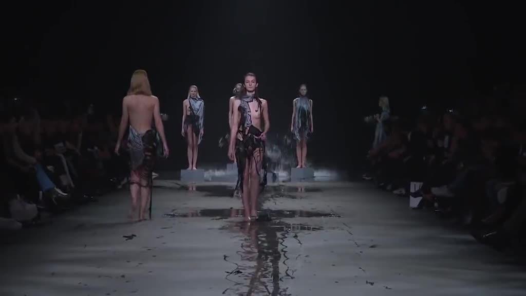 莫名其妙的时装秀 模特儿近全裸走秀