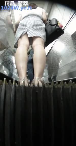 南韩地铁尾随抄底偷拍美腿短裙~08