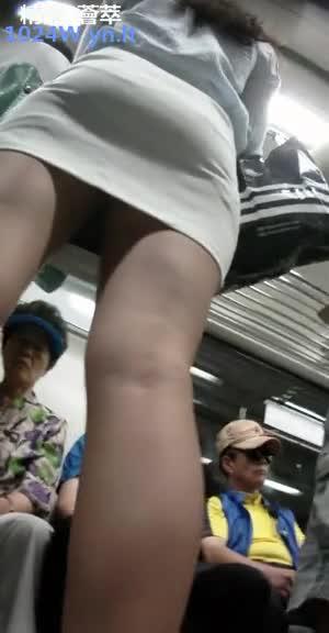 南韩地铁尾随抄底偷拍美腿短裙~19