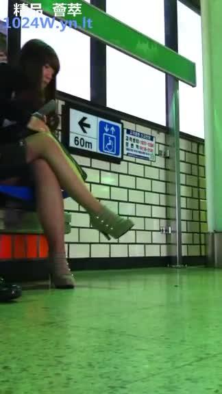 南韩地铁尾随抄底偷拍美腿短裙~39