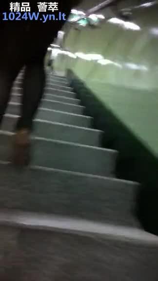 南韩地铁尾随抄底偷拍美腿短裙~45
