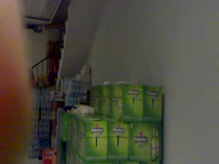 在杂货店仓库慾火难耐,只好压着海尼根来当床用.....