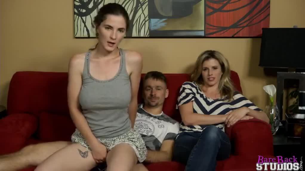 女儿在沙发上跟爸爸啪啪,妈妈突然回家…
