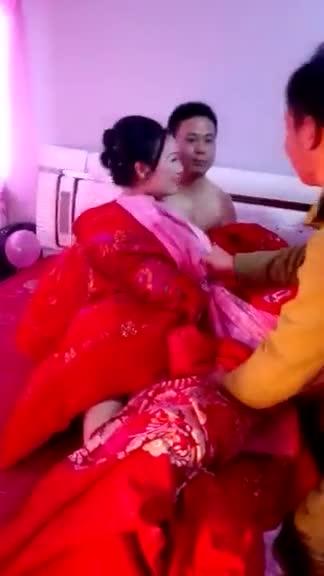 假闹洞房真把新娘扒光!哀号「不要啊~」胸罩被扯掉...一群人还想再脱裤:老公吓呆