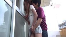 [中文字幕] 在阳台遇到隔壁的美豔人妻 从屋外一路X到她的房间内