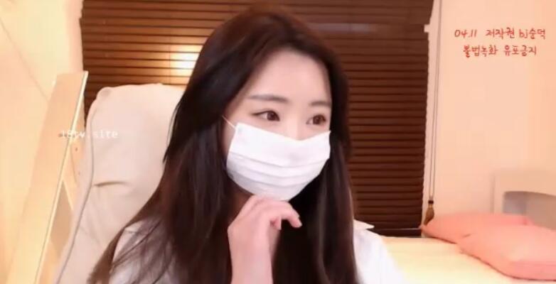 [Korea] 戴口罩的韩国正妹露出乳头和修长美腿,情不自禁想去韩国炮兵团喇