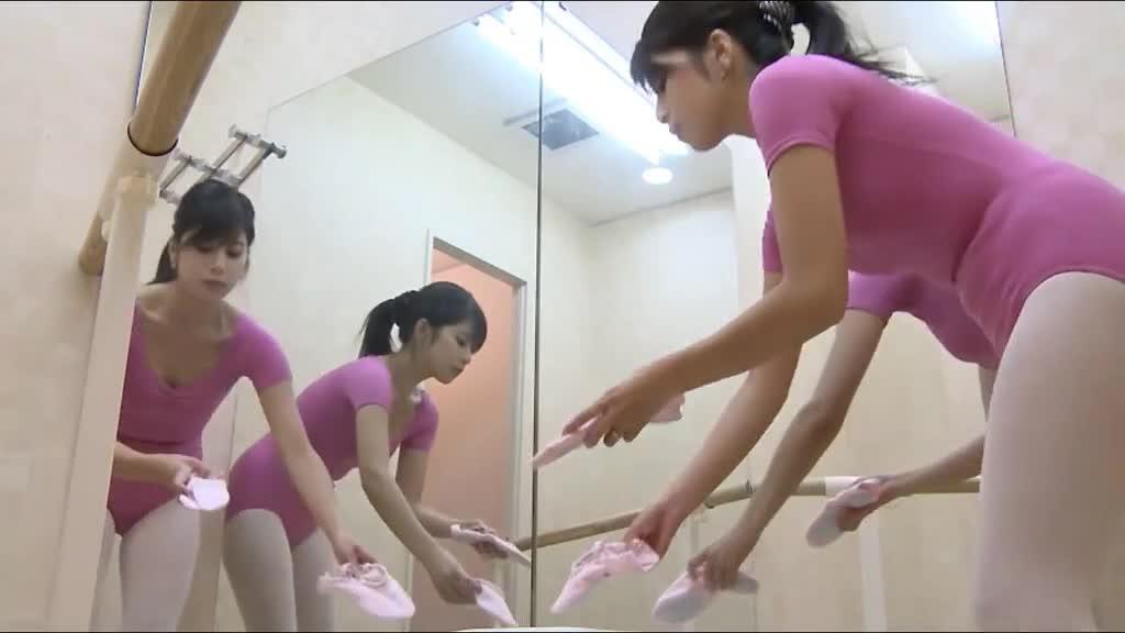 偷拍舞蹈教室更衣美景!芭蕾女舞者裸体暖身!劈腿拉筋超柔软:床上单挑阿