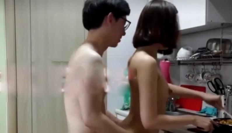 韩国人妻厨房跟男友自拍~快推动韩国谜片产业