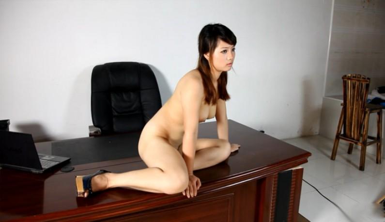 在老总的桌上浪玩一波~明天上班都会是我的香味~ (2)