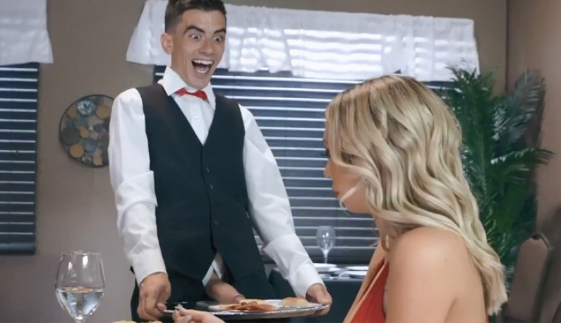 [欧美] 巨乳妹带男友前往性爱餐厅~和服务生来场性爱飨宴~