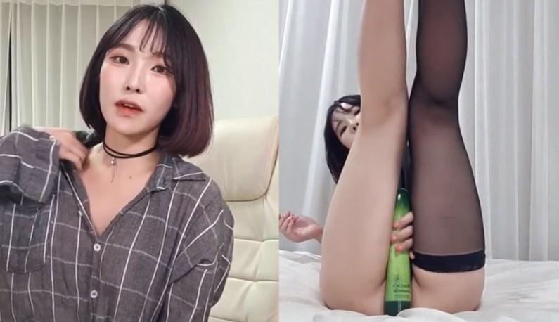 [韩国] 看到棒状物就兴奋!!正妹主播翻玩小穴!!