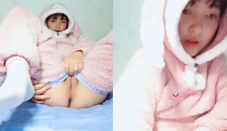 冷气开很强~妹妹只好穿着可爱毛衣玩穴穴~
