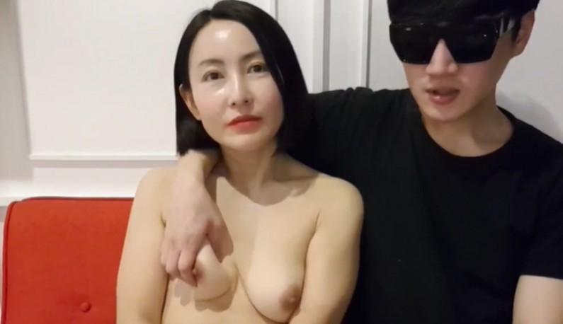 [韩国] 墨镜哥把熟女放在手掌内游玩~人帅真好~吃得死死的~