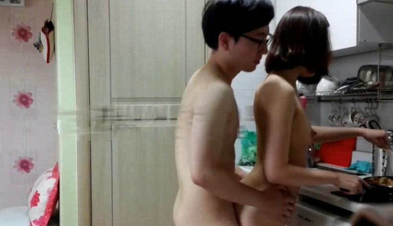 [韩国] 大学情侣同居日记-漂亮女友裸体炒饭给男友吃~男友同时也在后面\