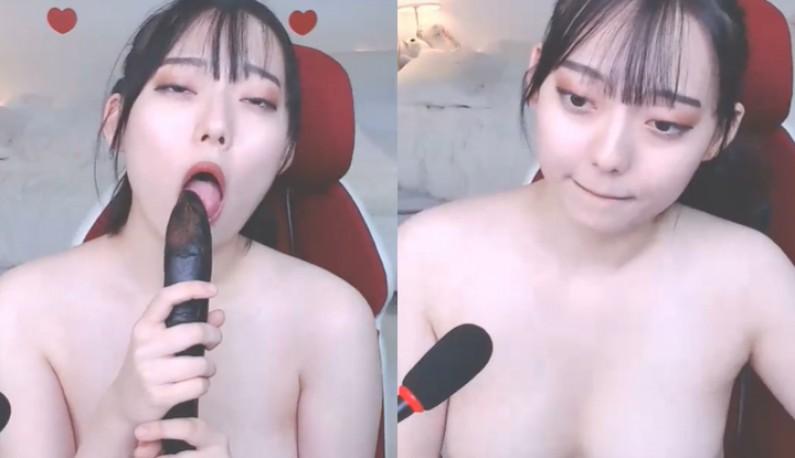[韩国] 拿起茄子示範深喉咙!!再大的鸟我都可以,爹爹要来试试吗?
