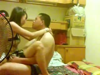 男朋友在睡觉豹纹小美女想做爱 主动上去口交勾引 被弄醒的男友一顿爆操 激爽过瘾