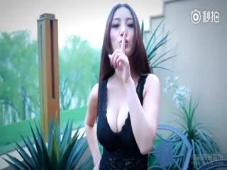 妖艳模特低胸摄影花絮~激深事业线~对镜头疯狂放电~