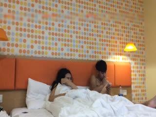 幼师院校胸大性感的漂亮美女放暑假回家前一晚和男友宾馆啪啪,美女特意穿上网购的性感黑丝操,淫叫声真嗲!